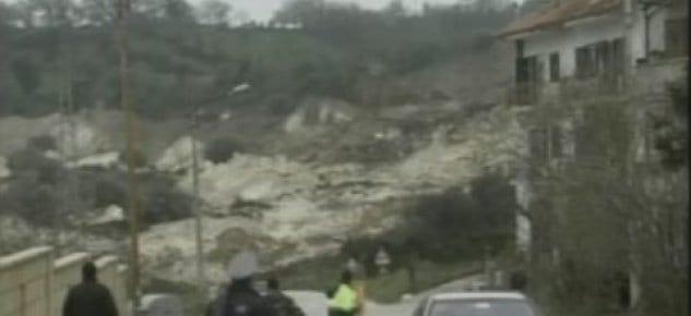 İtalya'da Maierato köyünde aşırı yağışlar toprak kaymasına neden oldu.