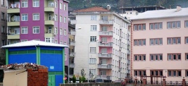 İnatla bu binalarda yaşamaya devam ediyorlar